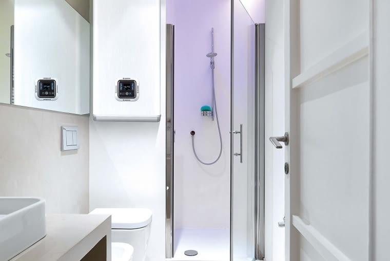 Niektórzy producenci oferują urządzenia w kształcie prostopadłościanu, co ułatwia ich montaż w niedużej i wąskiej łazience.