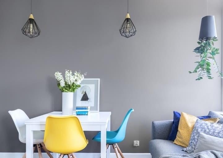 Meble w mieszkaniu mają trzy kolory: biały, szare lub turkus. Neutralne i spokojne, ale w odpowiednim towarzystwie nabierają rumieńców i pazura, tak jak stolik w jadalni, czy sofa w części wypoczynkowej. Aż chce się siadać!