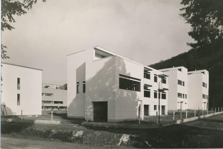 widok fragmentu osiedla, od lewej dom dwurodzinny Ernsta Wiesnera, dalej Jaroslava Putny i Hugo Foltýna, trzyrodzinny dom Bohuslava Fuchsa i dwurodzinny dom Josefa Št'pánka, 1928