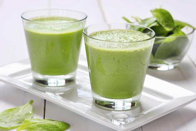 Koktajl warzywno-owocowy W blenderze zmiksuj do uzyskania jednolitej konsystencji 5 liści jarmużu, dojrzałą gruszkę, miąższ z połowy awokado, szklankę mleka kokosowego 60%, tyle samo soku z jabłka i sok z połowy cytryny.
