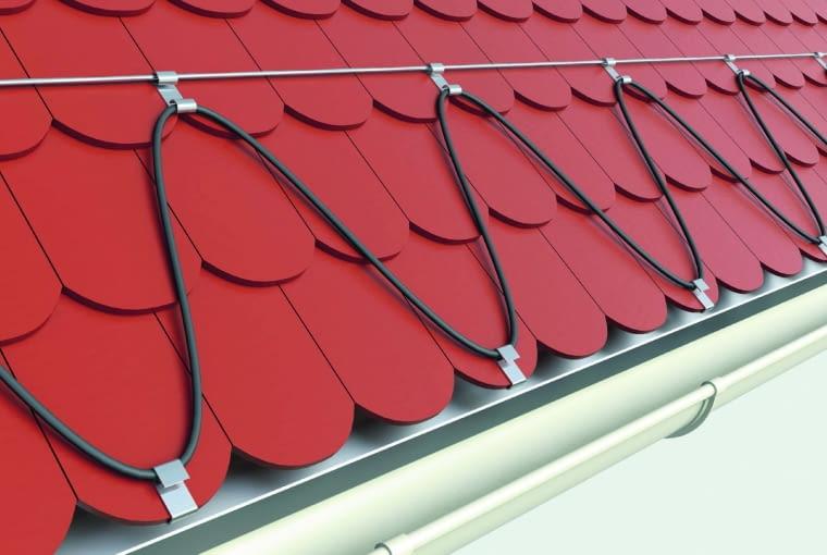 Na krawędziach dachów stromych można ułożyć kable grzejne. Na dachach krytych dachówką mocuje się je do łat lub do linki stalowej.