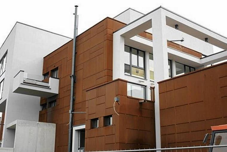 Corten to nowoczesny materiał, doskonale podkreśla modernistyczne kształty budynku.
