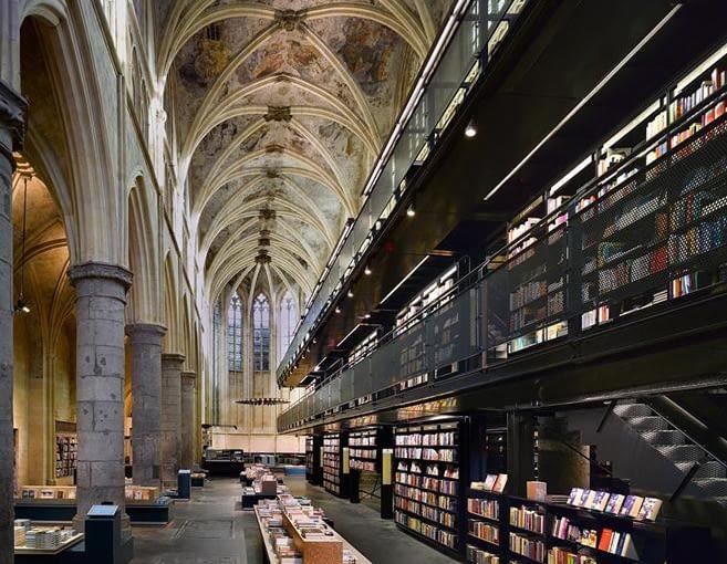 Zdesakralizowany Bookstore Selexyz Dominicanen, proj. Merkx Girod Architects, Maastricht, Holandia, 2007