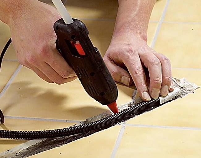 MONTAŻ MATY GRZEJNEJ 2. W peszlu umieszczamy czujnik podłogowy. Rurkę warto przykleić do podłogi klejem termoplastycznym.