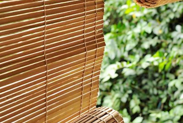 Rolety bambusowe lub płócienne to dość tanie rozwiązanie. Mogą osłonić balkon lub taras. Trzeba je jedynie przymocować do zadaszenia lub jakiejś konstrukcji