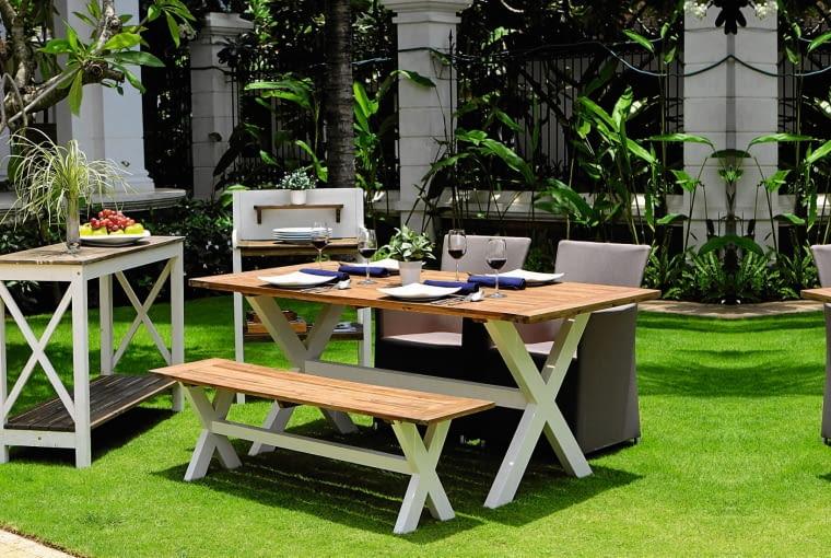 Efektowny i wygodny zestaw z częściowo malowanego drewna, fotele z tworzywa sztucznego, www.miloo.pl