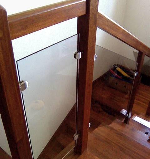 Modne ostatnio wypełnienie balustrad - szklane tafle przepuszczające światło i dodające schodom lekkości