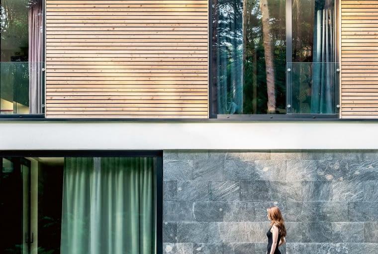 Niewidoczne szklane barierki samonośne. Architektura domu pozbawiona jest elementów dekoracyjnych. 'Less is More' czyli 'mniej znaczy więcej', jak mawiał Ludwig Mies van der Rohe. Siłą tego projektu jest konsekwencja w poszukiwaniu najprostszych form i niezaburzanie ich dodatkowymi elementami. Zaprojektowanie barierek i balustrady w takim domu nie jest proste. Należy znaleźć sposób, by je ukryć, żeby nie rzucały się w oczy. Najlepszym rozwiązaniem jest szkło o możliwie jak najmniejszej liczbie widocznych mocowań.