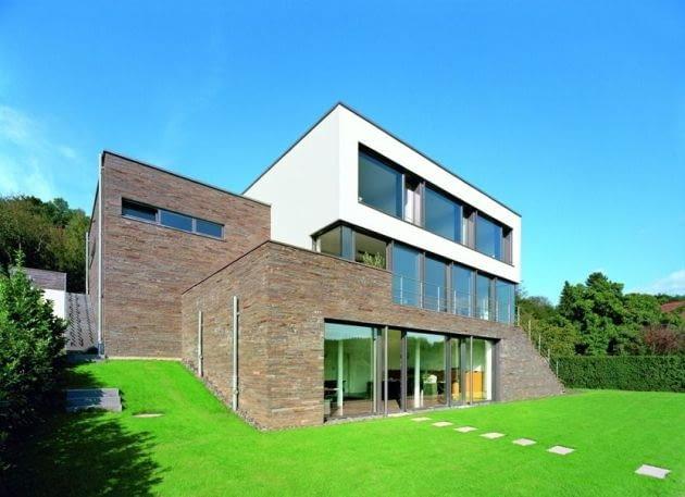 Dom wyda się niski i rozległy, kiedy zastosujemy na elewacji horyzontalne elementy i ozdoby (linearna linia okien, poziome ułożenie okładziny elewacyjnej czy malowane fragmenty ścian)