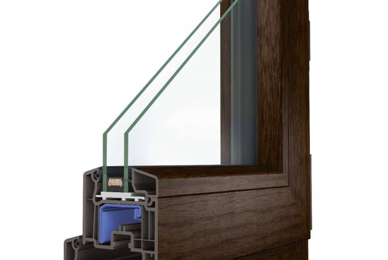 Wycena firmy OKNOPLAST, www.oknoplast.com.pl: System: profil z PVC Koncept, kolor Winchester, zestaw szybowy dwukomorowy, Uw = 1,1 W/(m2K). Cena netto ok. 16 364 zł. Cena brutto ok. 20 128 zł