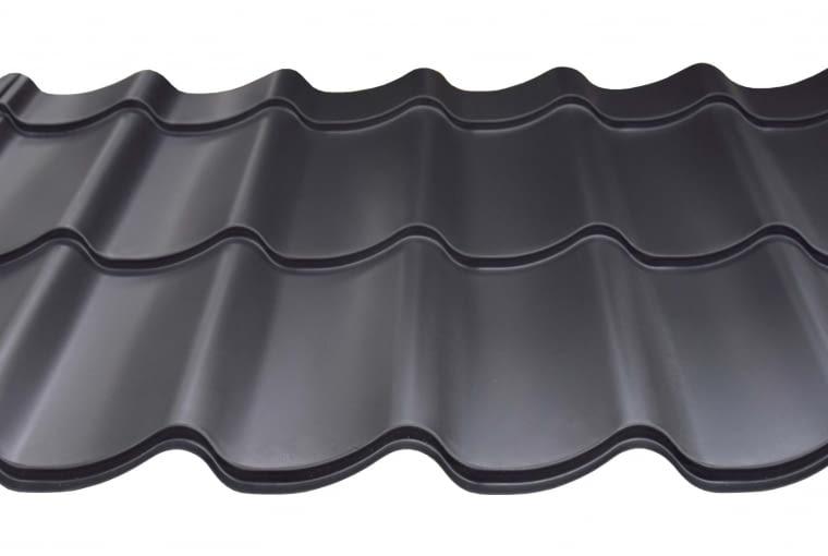 ToplineL/LINDAB | Rodzaj: blachodachówka | materiał: blacha stalowa z powłoką organiczną (PE, MPE, HBP, MHBP) | wymiary (dł. x szer.): 83-504 x 117,5 cm; gr. blachy: 0,5 mm; wys. przetłoczenia: 2,6 cm; zalecany kąt nachylenia połaci 15° | kolory: m.in. biały, czarny, jasnoszary, zielony, ciemny grafit. Cena: od 33,57 zł/m2, www.lindab.pl