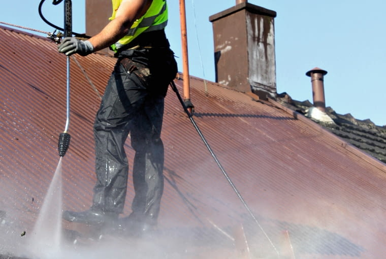 Dach zmywa się wodą pod ciśnieniem do 50 bar. Większe mogłoby spowodować uszkodzenie powłoki
