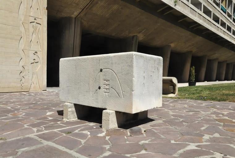 Jednostka Marsylska, proj. le Corbusier - betonowy kamień węgielny przed budynkiem. Warte zauważenia są wyżłobione w nim podstawowe założenia jednostki, w tym sposób jej oświetlenia przez słońce