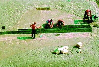 Zaczynamy od ułożenia całego pasa. Żeby był prosty, rolki rozwijamy 'od sznurka'. Sąsiednie kawałki kładziemy na przemian, niczym cegły.