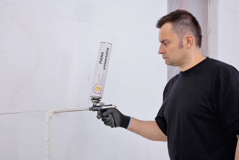 Aby nie pogarszać izolacyjności cieplnej ścian zewnętrznych styki płyt styropianowych często uszczelnia się pianką niskorozprężną