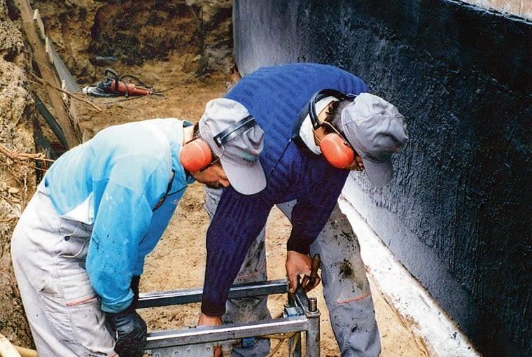 Izolację poziomą można wykonać przez podcinanie ścian, lub metodą wbijania blach