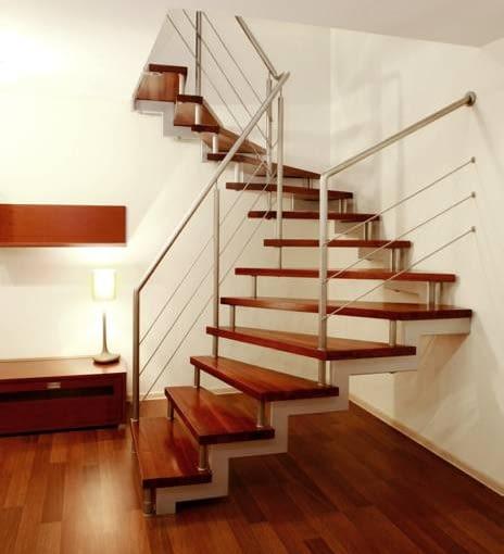 Idealny zestaw do nowoczesnych, prosto urządzonych wnętrz: ażurowe schody i lekka, metalowa balustrada z cięgnami zamiast wypełnienia