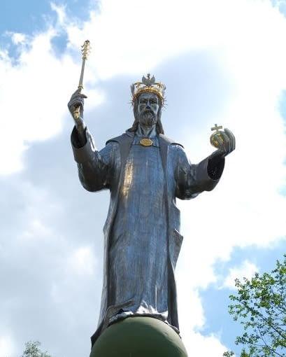 Deja-vu z ubiegłego roku. Znów nominujemy przeskalowany pomnik Chrystusa Króla Polski, tym razem już nie ze Świebodzina a z urokliwego Ustronia. Mimo, że posąg jest o połowę mniejszy od tego w Świebodzinie, również wzbudza kontrowersje. 24-metrowa statua stanęła nielegalnie. ,a Powiatowy Inspektorat Nadzoru Budowlanego wszczął w tej sprawie dochodzenie.