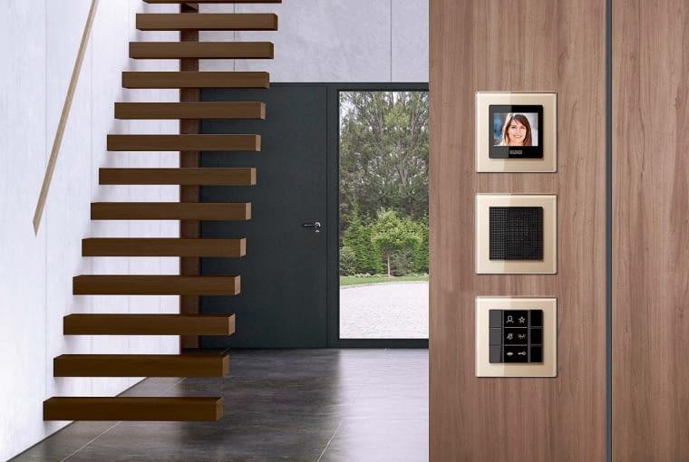 Systemy sterowania światłem, domofonem i innymi instalacjami w domu są ważnym elementem wystroju. Na zdjęciu: rozwiązania firmy JUNG.