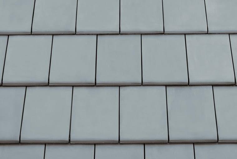 Turmalin/Monier BRAAS | Rodzaj: dachówka ceramiczna | wymiary [dł. x szer.]: 280 x 475 mm | masa [kg/m2]: od ok. 48,9 kg | zalecany kąt nachylenia połaci: minimum 30° | kolory: m.in. miedziany, antracytowy, kasztanowy, szary. Cena: od 94,91 zł/m2, www.monier.pl