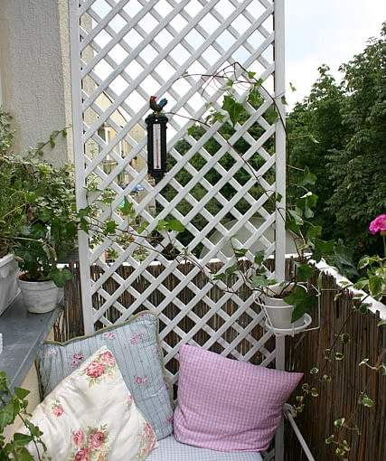 Mały balkon. Romantyczny fotel. Projekty balkonów