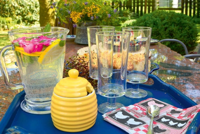 firmowy napój, czyli woda zcytryną i... płatkami róż.