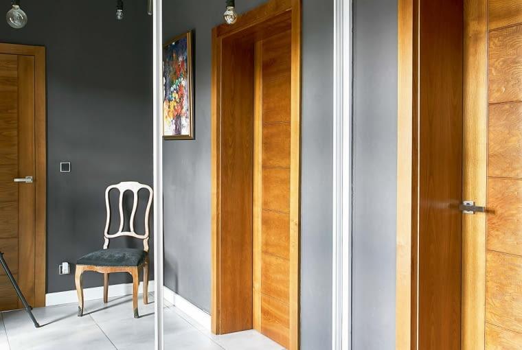 INDUSTRIALNA LAMPA typu pająk, gres imitujący beton i krzesło w stylu Ludwika Filipa - zamiłowanie gospodarzy do mieszania stylów widać już od progu.