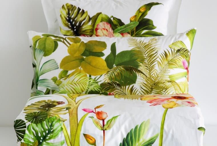 Zara Home Pełna wdzięku pościel w egzotyczne rośliny jest jak sen w tropikalnym ogrodzie. Poszewka na poduszkę dostępna w dwóch dużych rozmiarach: 45 x 155 cm oraz 50 x 75 cm, zarahome.com, od 69 zł (poszewka), 319 zł (prześcieradło wierzchnie)