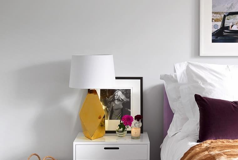 Łóżko kupione na sofa.com; na nim narzuta z króliczego futra nabyta w Graham & Green.