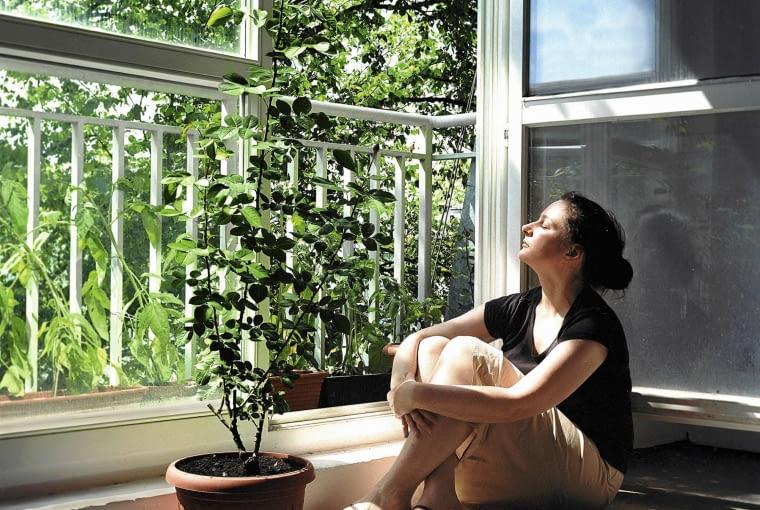 Joanna Borkowska na obu balkonach swojej pracowni hoduje pomidory SLOWA KLUCZOWE: kobieta portret balkonowy ogrodnik