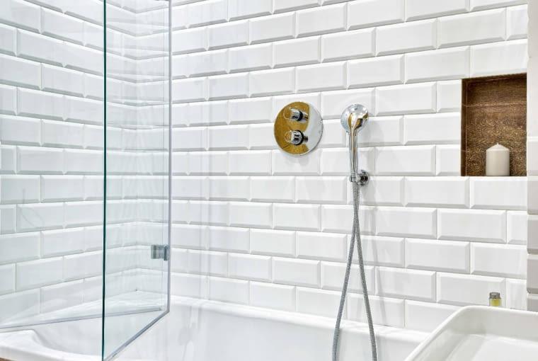 WANNA ASYMETRYCZNA (ze ściętym bokiem) to dobre rozwiązanie do niewielkiej łazienki - zajmuje mniej miejsca niż prostokątna, ajest równie wygodna. Aby pan domu, który lubi korzystać znatrysków, nie był poszkodowany, zainstalowano na niej parawan nawannowy.