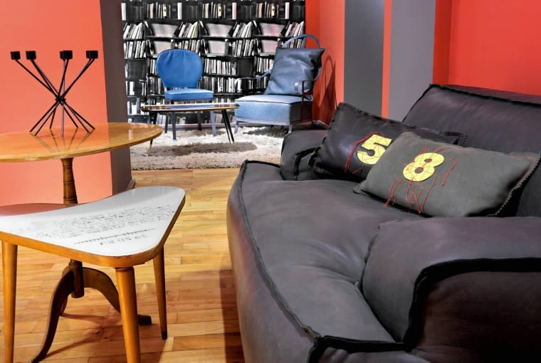 Wiele współczesnych mebli stylizowanych na lata 60. wykonuje się ze znacznie szlachetniejszych materiałów niż w owym czasie. Przykładem są te obite skórą kanapy.