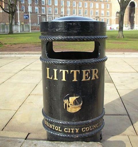 Typowy brytyjski kosz na śmieci, (CC BY-SA 3.0)