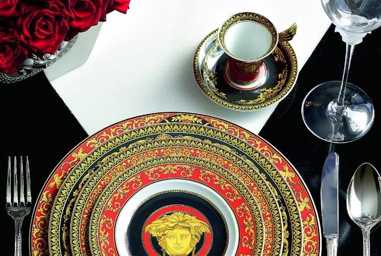 Kolekcja Rosenthal meets Versace okazała się wielkim sukcesem rozpoczętej w latach 90. współpracy Rosenthala z włoskim projektantem mody Giannim Versace.