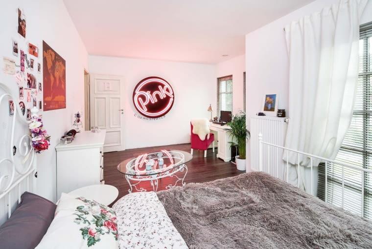 Charakterystycznym elementem wystroju pokoju jest neon - obiekt marzeń wielu młodych osób urządzających wnętrza swoich pokoi