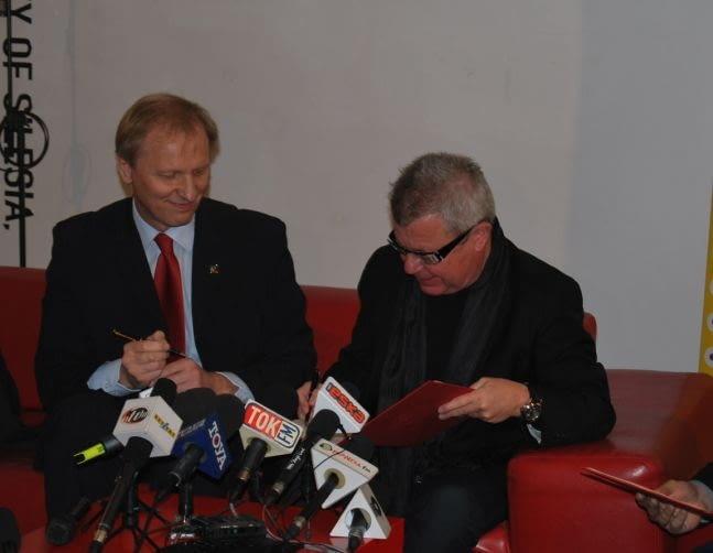 Daniel Libeskind podpisuje list intencyjny podczas konferencji prasowej 22 października, podczas Łódź Design Festival. Jego projekt ma stanowić część Nowego Centrum Łodzi