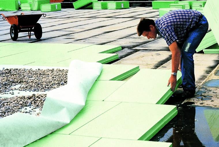 Ocieplenie dachu płaskiego nie tylko samo jest niemal nienasiąkliwe, ale też dodatkowo zabezpieczone przed uszkodzeniami i przeciekaniem dodatkowymi warstwami