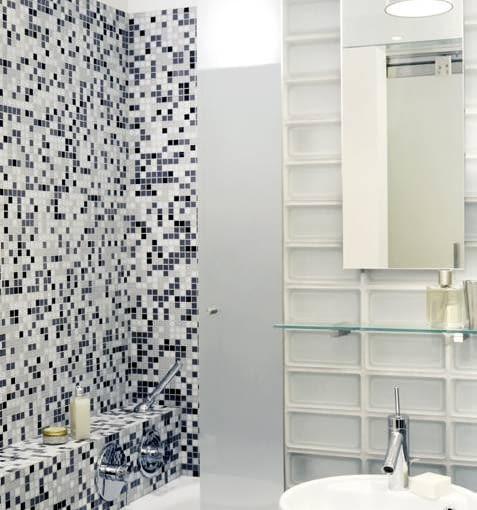 Pomysłowy kompromis, czyli dwa w jednym. Funkcje kabiny prysznicowej pełni wanna osłonięta luksferami i szklanymi drzwiami przesuwnymi