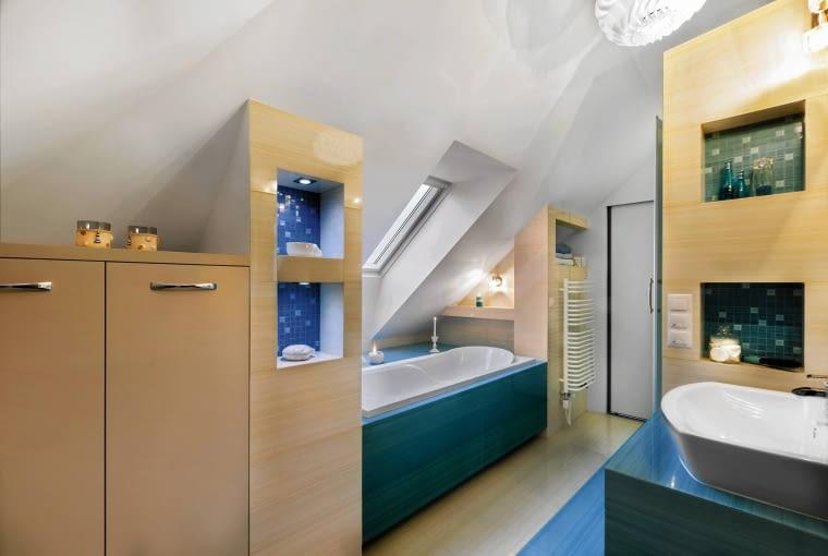 Nie tylko ozdoba. Niektóre wnęki w tej łazience, podświetlone halogenami, pełnią funkcję czysto dekoracyjną, inne (przy grzejniku i umywalce) służą jako półki na łazienkowe akcesoria.