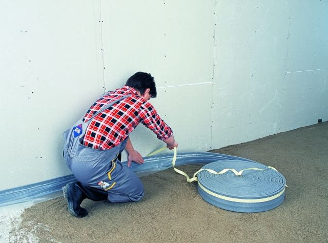 Przed ułożeniem podkładu wokół ścian należy ułożyć dylatacje z taśmy poliuretanowej