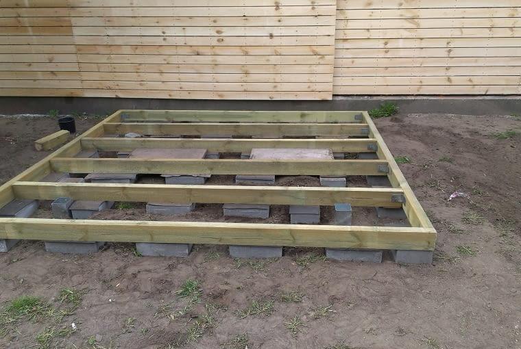 Gdy planowana altana jest wykonana wyłącznie z drewna nie wymaga głębokich fundamentów. Wystarczą betonowe bloczki - osadza się je w ziemi na głębokość 70-80 cm w odstępach nie większych niż 1 m i muruje na zaprawie cementowej. W nich mocuje się metalowe kotwy i osadza drewnianą konstrukcję tak by nie dotykała ani ziemi ani betonu.