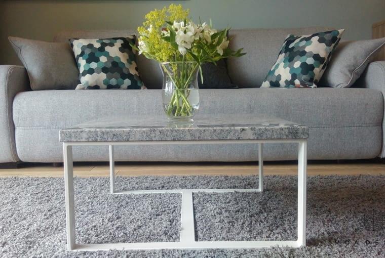 Wygodna sofa z praktycznym stolikiem, to elementy główne strefy wypoczynkowej.