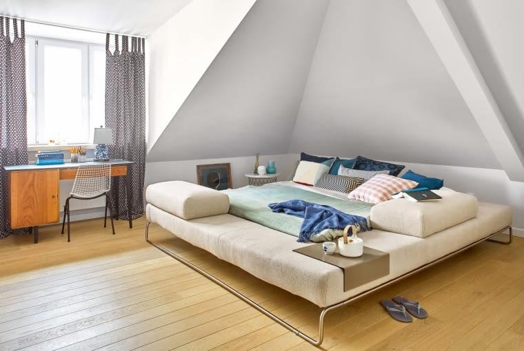 Sypialnia jak namiot, łóżko jak lotniskowiec - to model Long Island firmy Ivano Redaelli, z ruchomym stolikiem-tacą. Zanim trafił do Anny, zagrał w reklamie z Robertem Lewandowskim. Poduchy są z IKEA, a kaszmirowe koce Elvang - z Another Design.