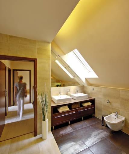 Przestrzeń łazienki nieco ograniczają skosy dachu