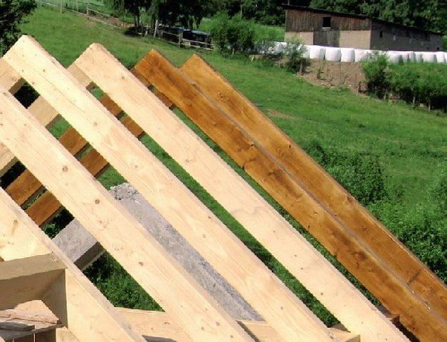 Więźba z drewna suszonego przemysłowo i struganego z czterech stron