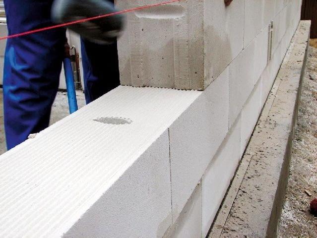 Większość materiałów ściennych ma boki profilowane w pióra i wpusty - dzięki temu nie trzeba stosować spoin pionowych