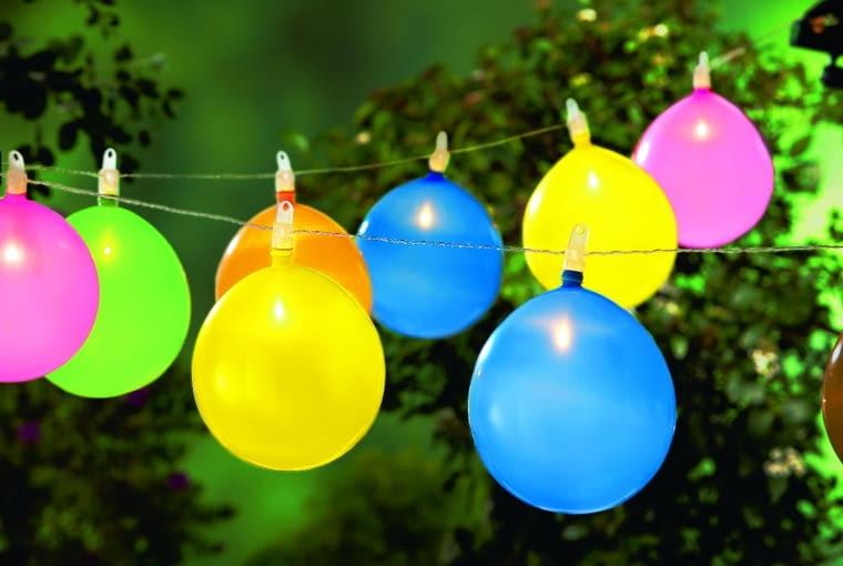 Świecące balony będą hitem imprezy! A gdy któryś pęknie, można nadmuchać nowy (łańcuch świetlny LED z balonami, Tchibo, 70 zł).