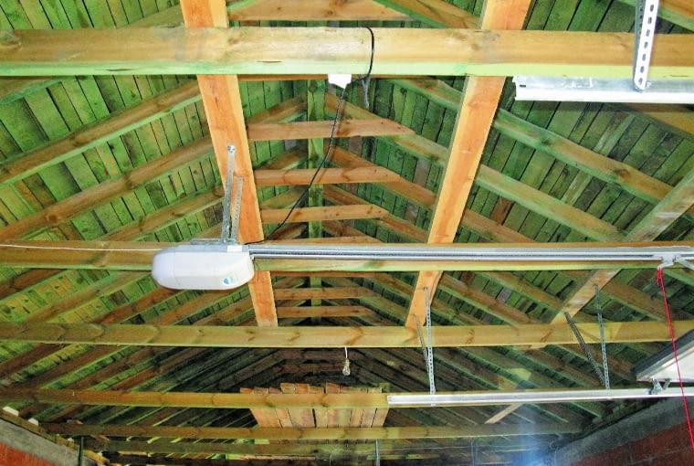 Więźba dachowa o niewłaściwie dobranych (zbyt małych) przekrojach elementów. Widoczne są nadmiernie ugięte jętki