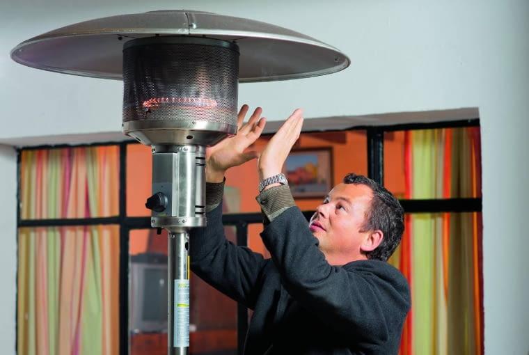 Stojący promiennik wformie lampy wytwarza ciepło podobne do promieni słonecznych. Tego typu modele dostępne na naszym rynku kosztują ok. 1000 zł.