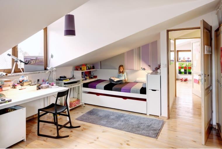 Właściciele domu preferują naturalne materiały: drewno, kamień, stal. Starannie też dobierają kolory, co widać nie tylko w części dziennej, ale i w pokojach dzieci